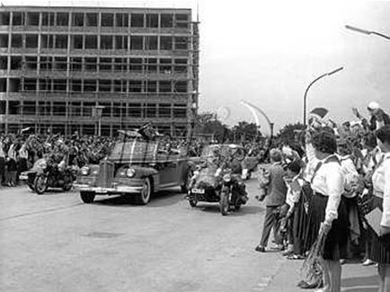 Gagarin díszmenete az épülő Uránvárosban (Fotó: Hungaricana/Dunántúli Napló)