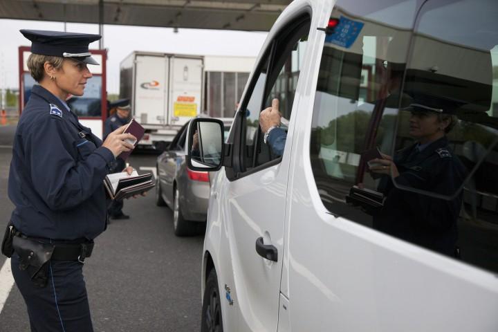 Letenye, 2017. április 7. Egy autós úti okmányait ellenõrzik a letenyei magyar-horvát határátkelõnél 2017. április 7-én. Egy ezen a naptól hatályos európai uniós rendelet nyomán az unióban szabad mozgási joggal rendelkezõ polgárok úti okmányait is ellenõrizni kell mind belépéskor, mind kilépéskor, és az õ adataikat is ellenõrizni kell a schengeni információs rendszerben. MTI Fotó: Varga György