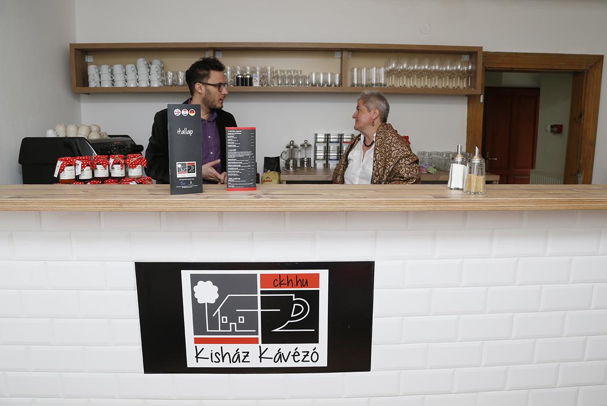 Kiss Erzsébet segédkezik az új kávézóban