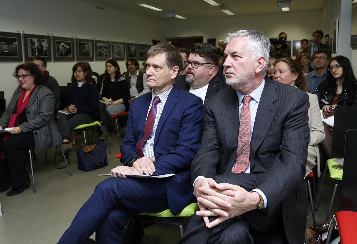 Páva Zsolt és a norvég nagykövet a zárókonferncián
