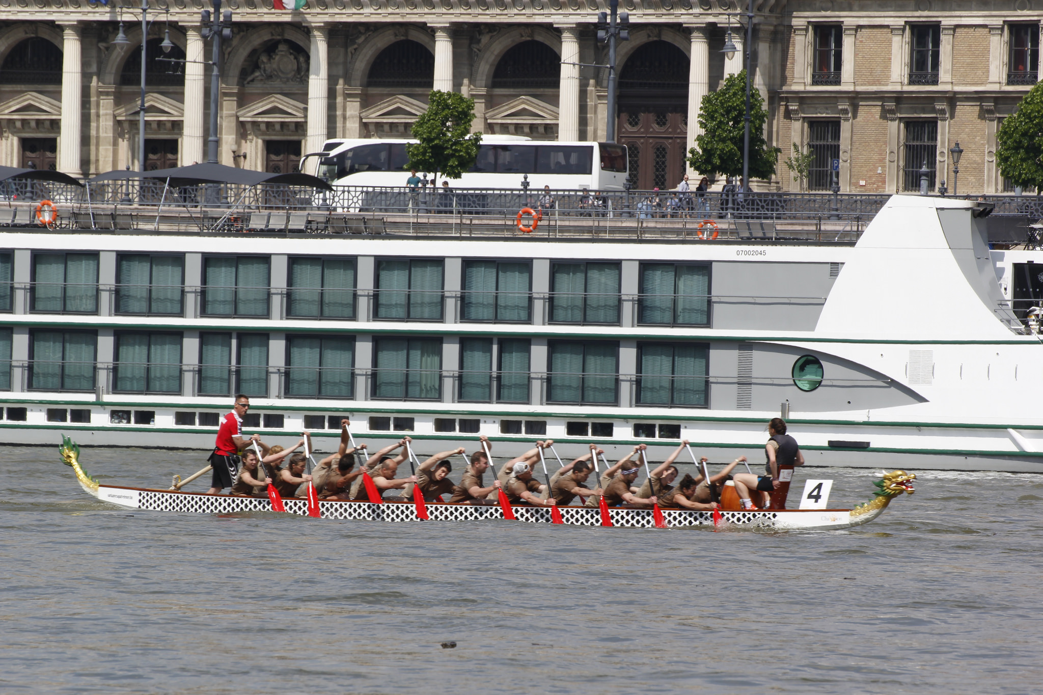 18 hajó versenyzett a sárkányhajós futamokon