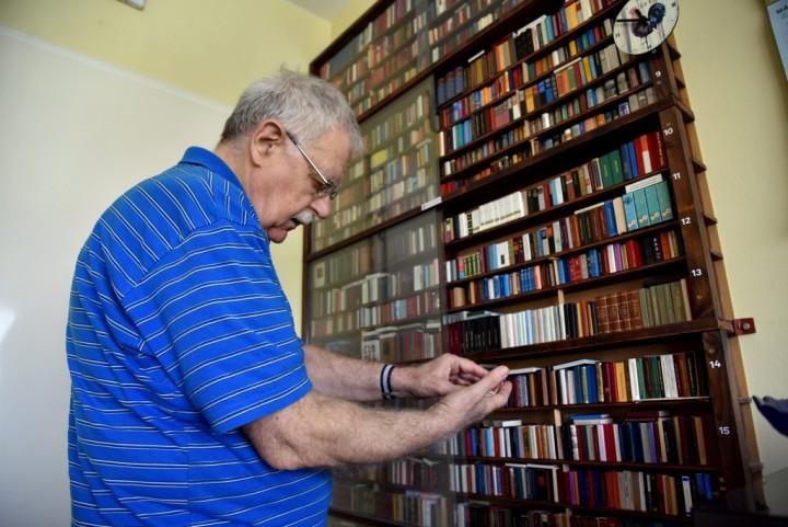 Tari József és az ő minikönyvekből álló, speciális könyvtára